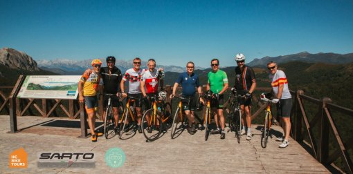 A private cycling group at the top of the Piedrasluengas climb in Cantabria | HC Bike Tours
