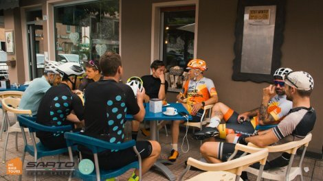 Coffee stop while cycling around the lake Como with HC Bike Tours